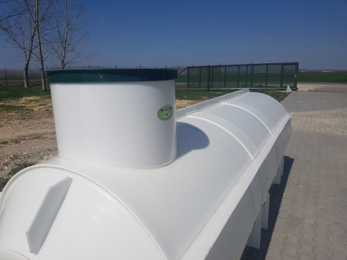 Ležatá plastová podzemná nádrž PL s nerezovými výstuhami